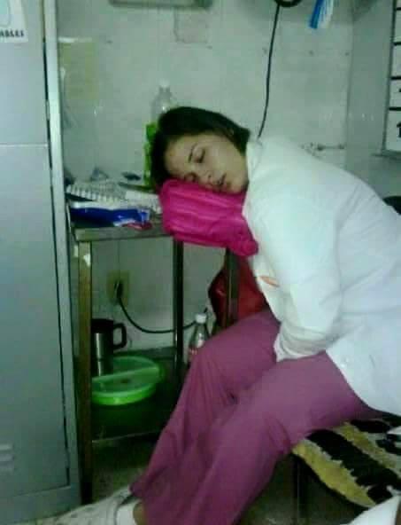 Περίεργες στάσεις ύπνου ειδικευομένων. Ειδικευόμενοι ιατροί eidikeyomenoi eidikeuomenoi