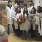 Φοιτητές λένε τα κάλαντα στους μικρούς ασθενείς [βίντεο]