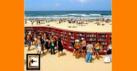 Παραλία με βιβλιοθήκη στην άμμο, βιβλία, Ιατροί, Νοσηλευτές, Νοσηλεύτριες διαβάζουν