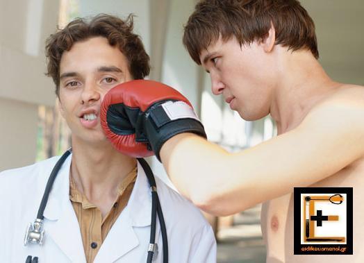 Μποξερ χτυπά ιατρό. Γάντι του μποξ. Ειδικευόμενος Ιατρός. Eidikeyomenos eidikeuomenos