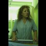 Η τραπεζοκόμος που θεραπεύει με το τραγούδι της [βίντεο]