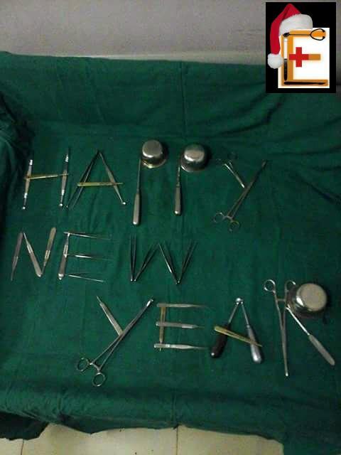 Καλή χρονιά happy new year με χειρουργικά εργαλεία. Εργαλειοδότης εργαλειοδότρια. Χειρουργείο. Χειρουργός. Ειδικευόμενοι