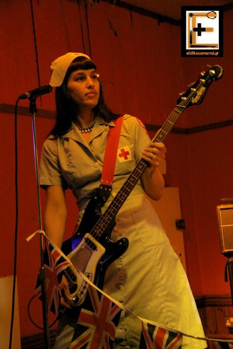 Nurse rock metal νοσηλεύτρια ροκ μέταλ, παίζει μπάσο