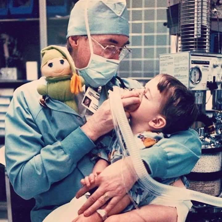 Αναισθησιολόγος παιδιατρική παιδίατρος χειρουργείο αγκαλιά με κουκλάκι αρκουδάκι