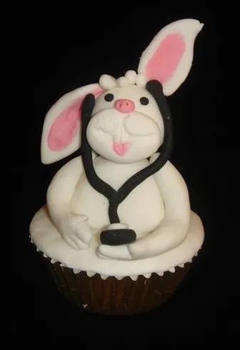 Πασχαλινό πασχαλιάτικο αυγό κουνέλι κουνελάκι σοκολατένιο σοκολάτα με στολή νοσηλευτή νοσηλεύτριας ιατρού ειδικευόμενου ειδικευόμενης