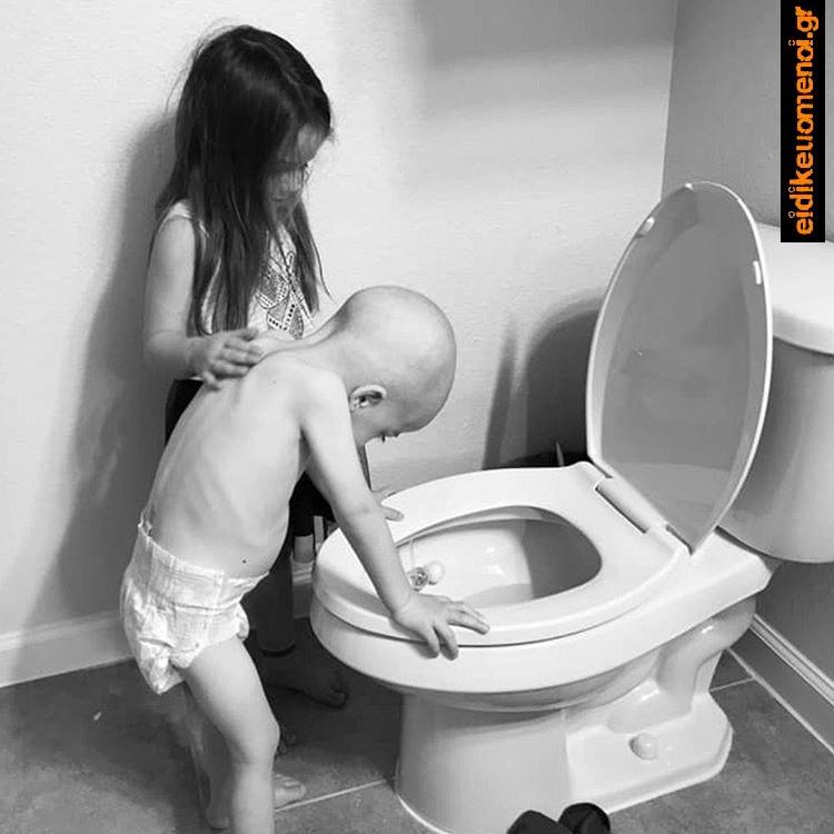 Κοριτσάκι βοηθάει το αγοράκι που κάνει έμετο στην τουαλέτα
