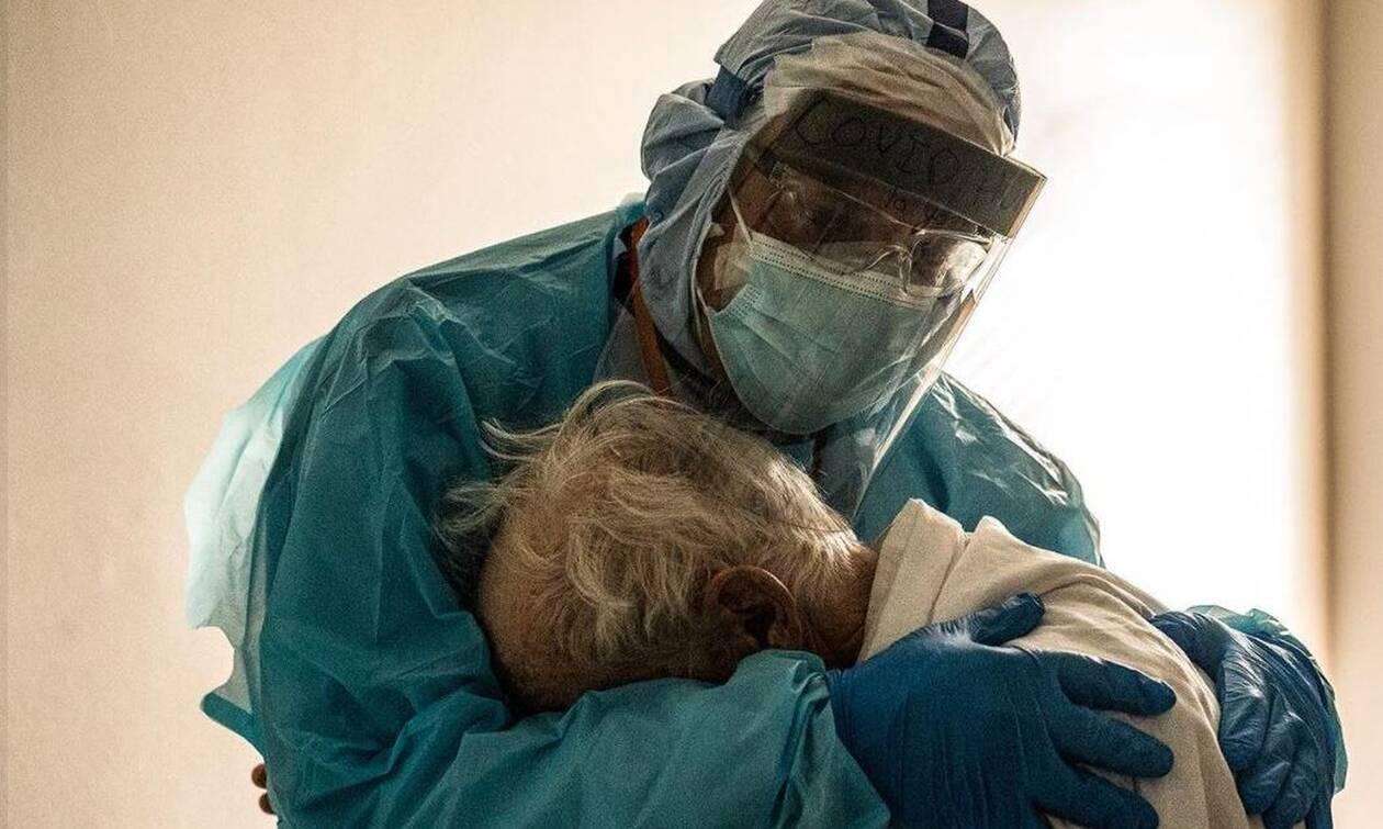 Αγκαλιά με τον ιό